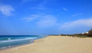 Fouler le sable blanc sur la Mer Ionienne à Lido Conchiglie