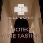 Schola Sarmenti - Une impressionnante cave voûtée, bar à vin et un open space Nardò. Essayez leurs vins Negroamaro et Primitivo avec une sélection de charcuterie locale € 15 - € 20 à partir de 19h jusque tard, ou vérifier l'agenda des événements en soirée dans le restaurant / bar à vin 35 € par personne pour le repas et le vin. Evénements et live le samedi soir. Via G. Cantore 37, tél: +39 0833 567247. Du jeudi au dimanche le bar à vin est ouvert pour une dégustation de vin à partir de 19h, le restaurant ouvre une heure plus tard.