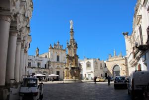 Genießen Sie einen Cappuccino auf der barocken Piazza Salandra von Nardò
